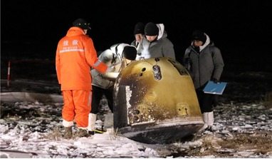 Recovery personnel work at the landing site recovering the Chang'e-5 sample-return probe in Siziwang banner, North China's Inner Mongolia autonomous region, on 17 Dec, 2020. Image: Batbayar/China Daily]
