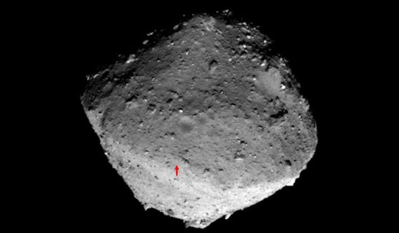 The red arrow shows the location of the target marker on the surface of Ryugu that Hayabusa-2 is aiming to shoot at. Image: JAXA