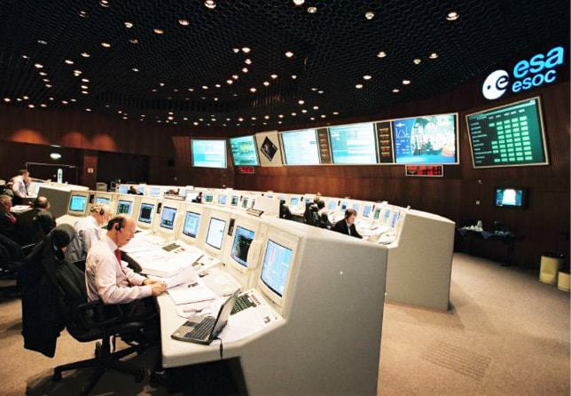 issue8-esoc-main-control-room-during-rosetta-leop-on-2-march-2004.jpg