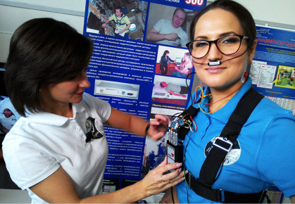 Crew commander Elena Luchitskaya undergoes 'Cardiovector' testing with Marina Maksimova, one of the project's participants